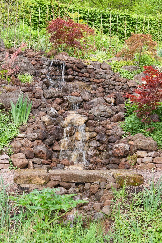 Der Wasserfall, ein Jahr nach der Fertigstellung des Gartens