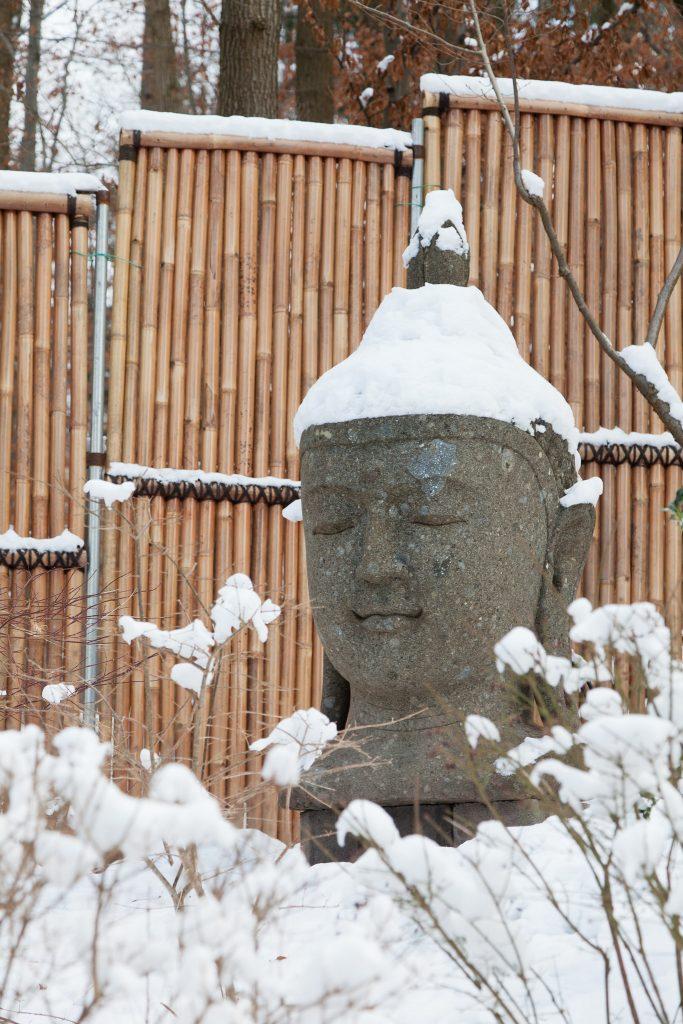 """Buddhakopf mit """"Schneehut"""""""