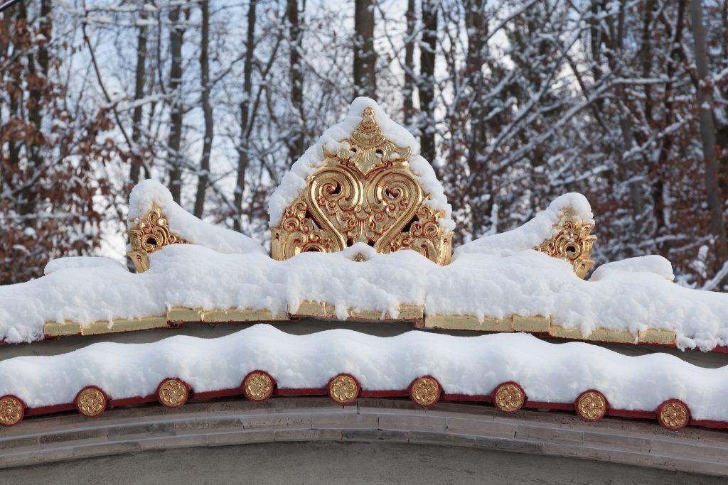 Schnee auf der Mauer, die den Asia-Garten umgibt.