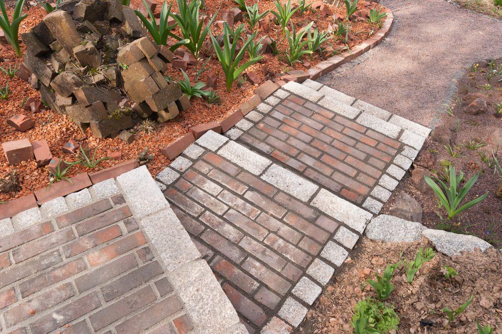 Auch für Treppe hinunter in den Garten wurden unter anderem Ziegelsteine verwendet.