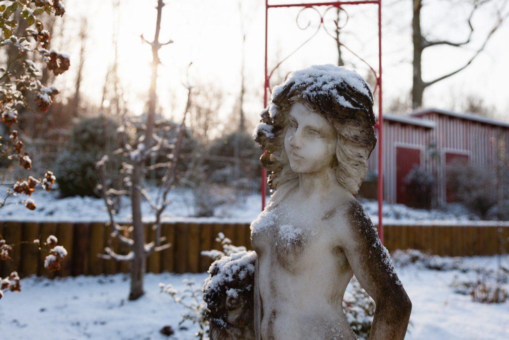 Trotzt der Kälte: Marmorfigur in Huberts Garten