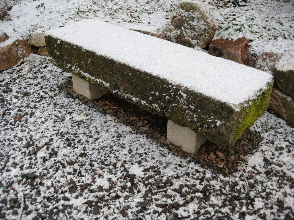 Sitzgelegenheit aus einem alten Sandsteinblock