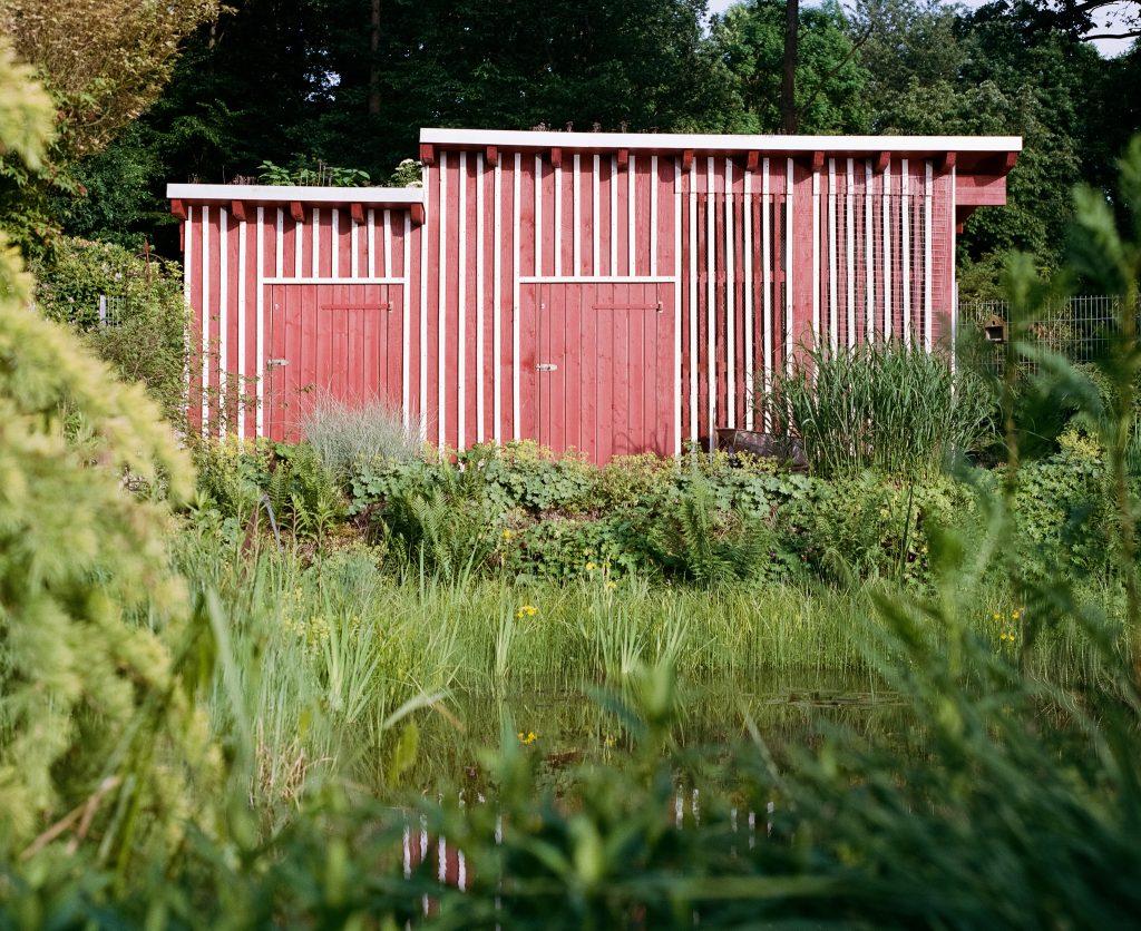 Das selbstgebaute Gartenhäuschen meines Vaters vom Teich aus gesehen.