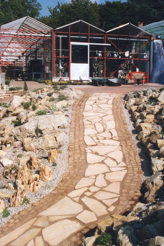 Der frisch angelegte Steingarten im Jahre 2004