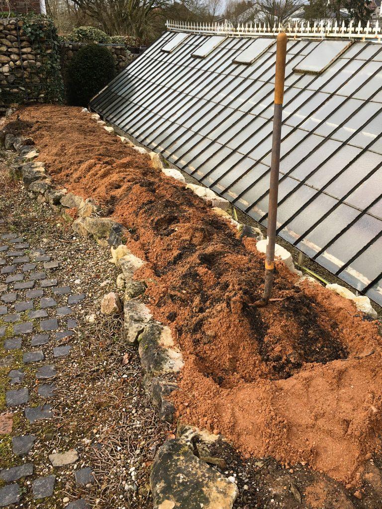 Zu dem neu aufgebrachten Sand wurde als Startdüngung etwas Kompost beigemischt.